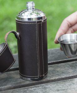 Découvrez cette élégante flasque acier inoxydable et cuir