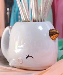 Savourez votre boisson préférée dans un mug géant narval ! Grande contenance de 800 ml ! Mug en céramique.