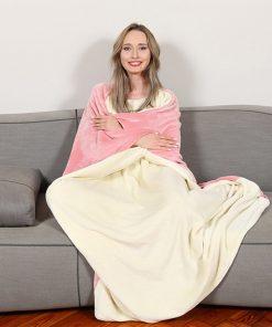 Plaid tout doux en polyester. Il vous tiendra chaud pour vos journées canapé !
