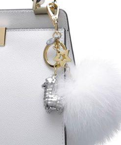 Ce bag charm avec son alpaga en métal