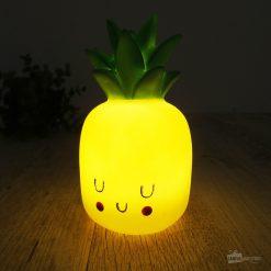 Quoi de plus craquant qu'un ananas lumineux pour s'endormir ? Cette veilleuse sera parfaite pour ajouter une belle touche finale à votre déco !