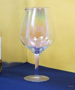 Voilà une carafe pour décanter et servir le vin originale : elle a la forme d'une verre à pied géant aux couleurs iridescentes. 1