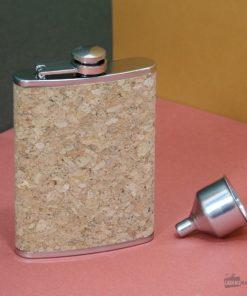 Une jolie flasque en liège et acier inoxydable