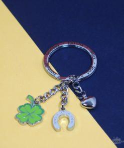Un porte-clés porte-bonheur en fonte métallique chromée et émail avec 3 jolis charms pour ne plus jamais perdre vos clés !