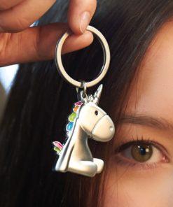 Porte-clés Licorne argenté en métal et en émail sera idéal pour mettre toutes vos clés essentielles chaque jour.